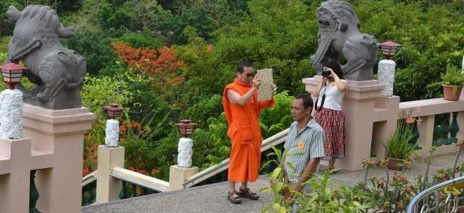 monk-taking-photo-with-a-tablet[5]