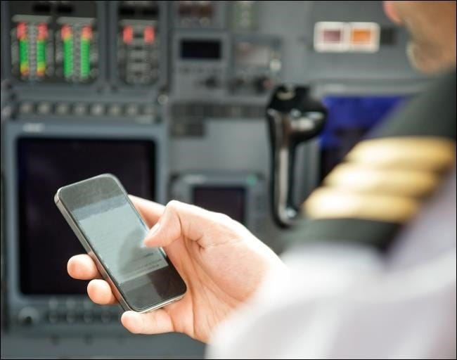 airplane-pilot-using-smartphone