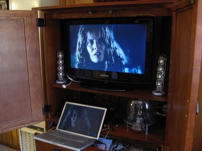 how to hook up hp netbook to tv How to connect my hp laptop to the tv most hp laptops will s-video probably is the most common on your tv plug the cable in, boot up the.