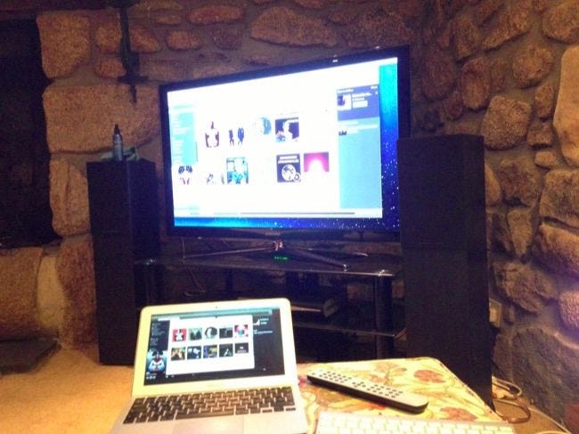4 ways to view your laptop or desktop s screen on your tv for Mirror laptop to tv