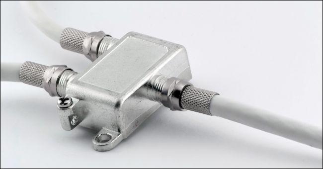 Répartiteur pour connecter un câble TV coaxial sur fond blanc