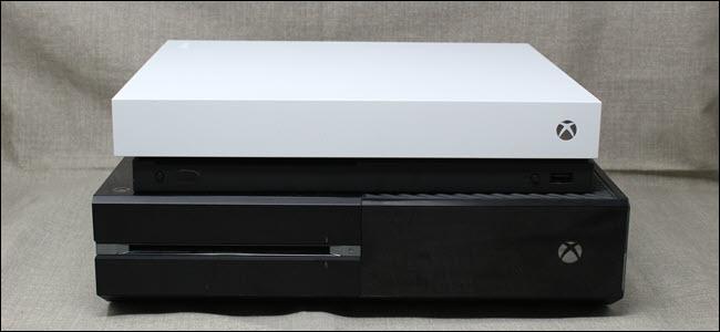 Una Xbox One X encima de una Xbox One original