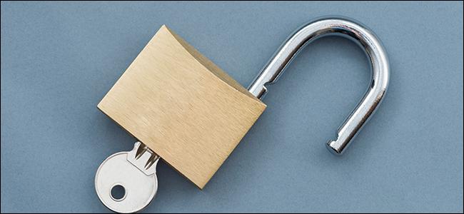 Um cadeado aberto com uma chave inserida.