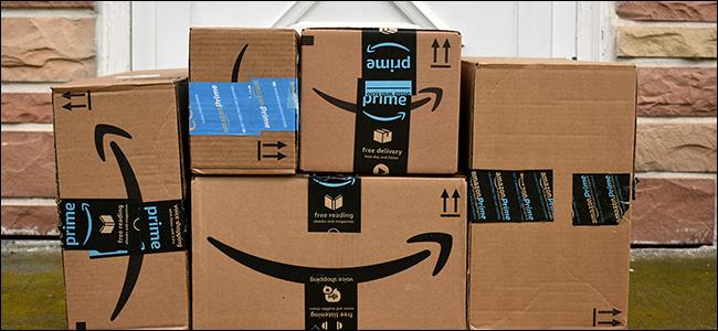 Uma pilha de caixas da Amazon em uma varanda da frente.