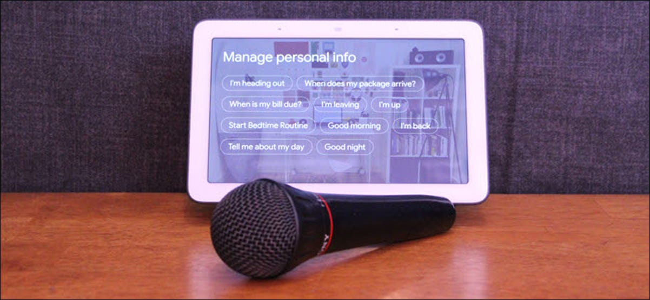 Google Home Hub con un micrófono delante.