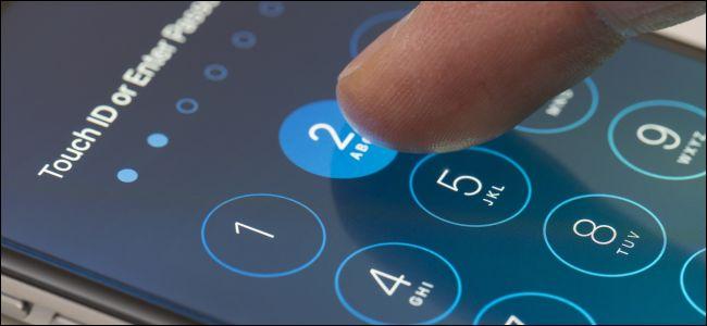 El dedo de la persona que ingresa un código de acceso en la pantalla de bloqueo de un iPhone