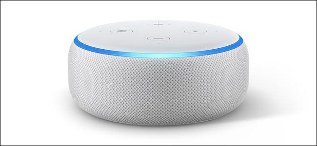 Amazon Echo dot 3 con el anillo LED azul claro encendido.