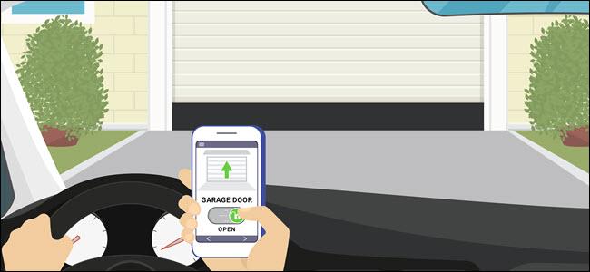 La mano de una persona en un automóvil abriendo la puerta del garaje con su teléfono.