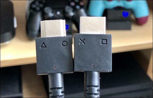 Los dos cables de los auriculares PSVR.
