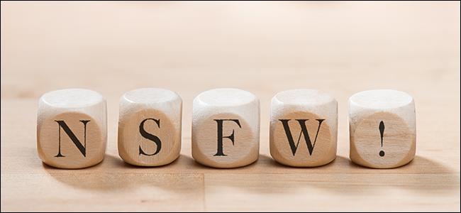 NSFW deletreado con letras de scrabble