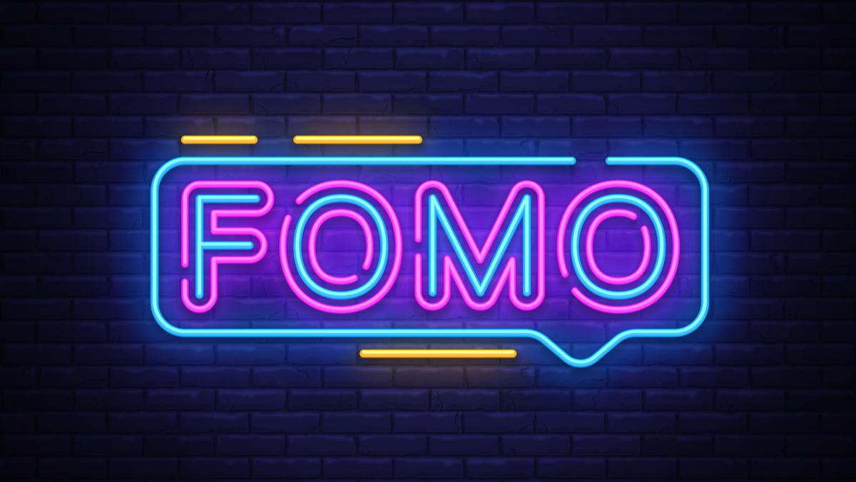 """""""FOMO"""" ditulis dengan huruf neon"""
