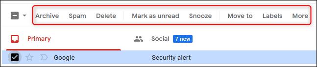 Las opciones sobre un correo seleccionado se muestran en texto.