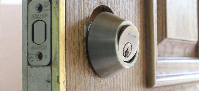 El conjunto de llave de una cerradura, ligeramente inclinado hacia afuera de la puerta.