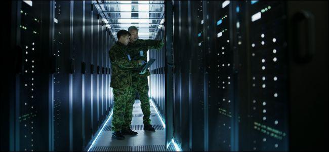 Dos hombres con uniformes militares en un centro de datos.