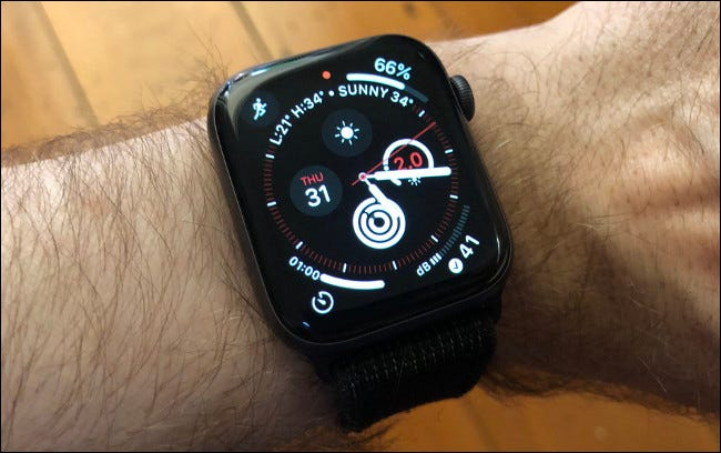 Información meteorológica en un Apple Watch Series 4.