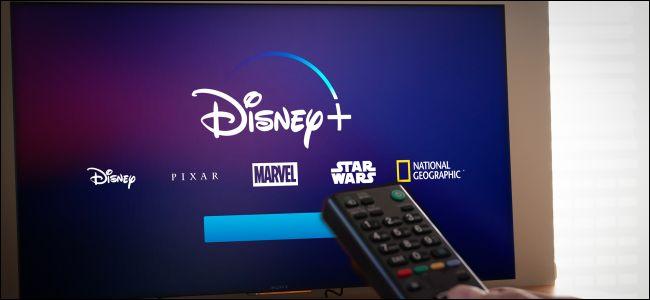 Un control remoto apuntando a un televisor con Disney + en él.