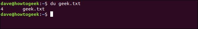 """El comando """"du geek.txt"""" en una ventana de terminal."""