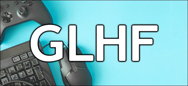 Una fotografía de algunos equipos de juegos de PC con la abreviatura GLHF en letras grandes y en negrita.
