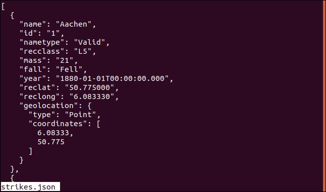 "Salida del comando ""less strikes.json"" en less en una ventana de terminal."