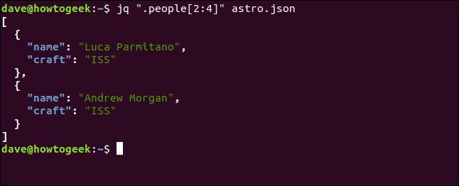 """El comando """"jq"""" .people [2: 4] """"astro.json"""" en una ventana de terminal."""