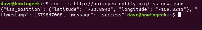 """El comando """"curl -s http://api.open-notify.org/iss-now.json"""" en una ventana de terminal."""