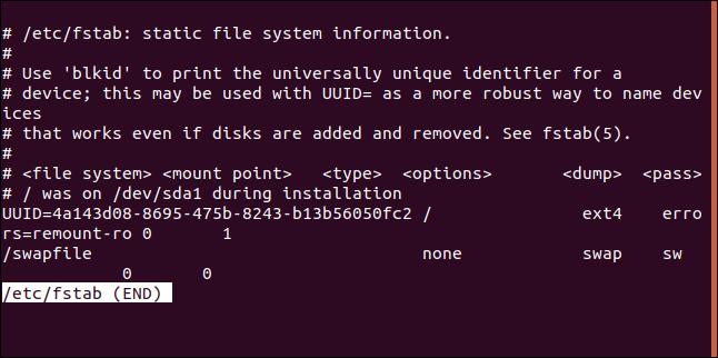 """El archivo """"/ etc / fstab"""" en menos en una ventana de terminal."""