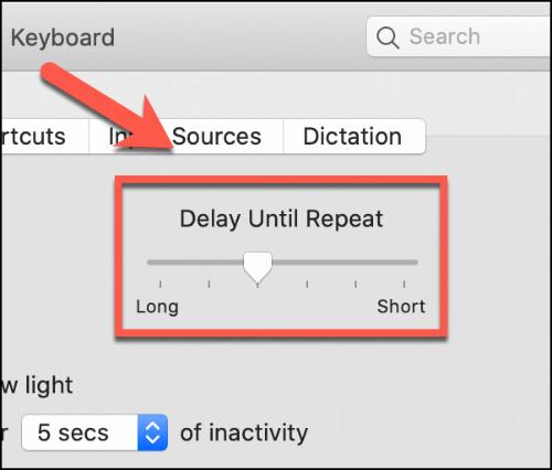 Mueva el control deslizante Retraso hasta repetir hacia arriba y hacia abajo para afectar el retraso de repetición del teclado Mac