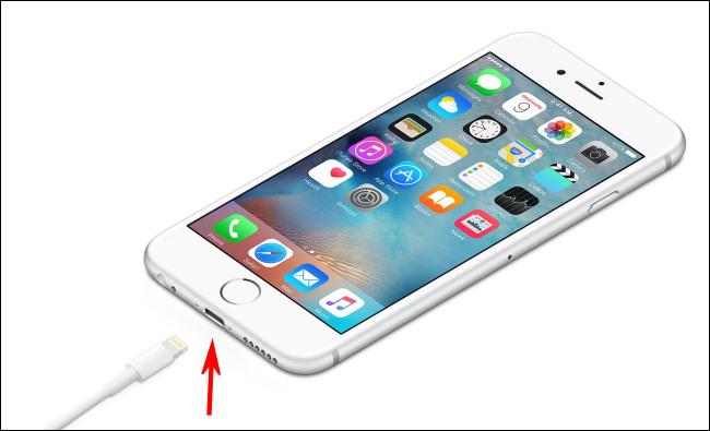 Foto de un iPhone con puerto Lightning