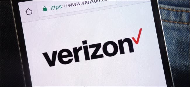 El sitio web de Verizon en un teléfono Android en el bolsillo de alguien.