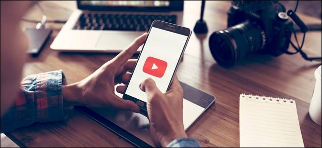 Logotipo de YouTube en un teléfono inteligente