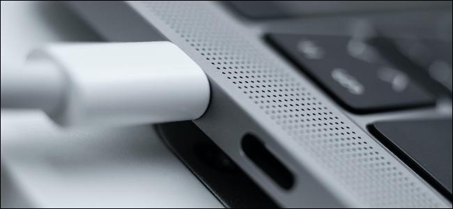 Cable USB-C conectado a MacBook