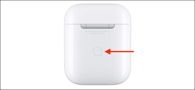 Estuche AirPods con el botón Configuración resaltado
