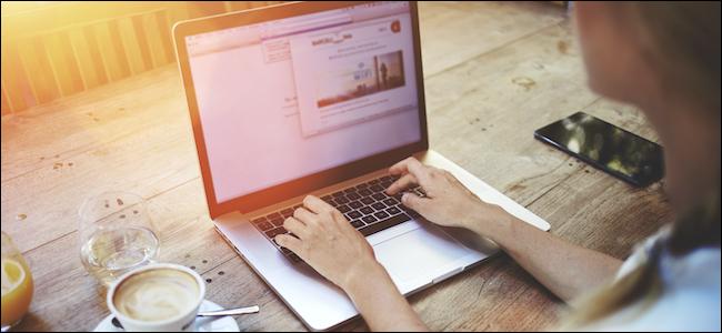 Persona que usa Mac en un lugar público para olvidar la red Wi-Fi