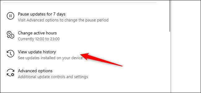 Una flecha roja que apunta a la opción Historial de actualizaciones en la aplicación Configuración
