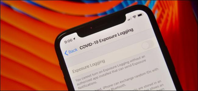 Usuario que usa la función de registro de exposición para las notificaciones de COVID-19 Expsoure en iPhone
