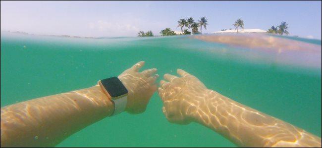 Un hombre que llevaba un Apple Watch mientras nadaba bajo el agua en el océano.