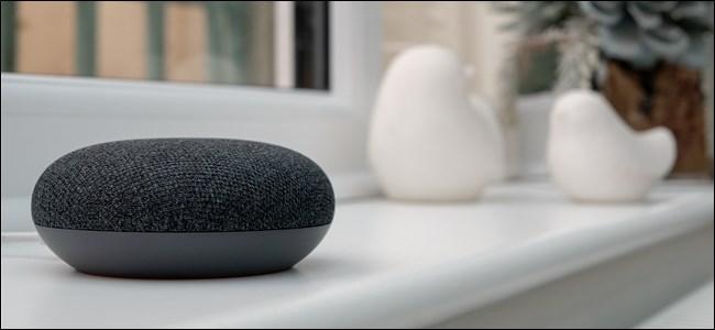 Google Home Mini sentado no parapeito de uma janela