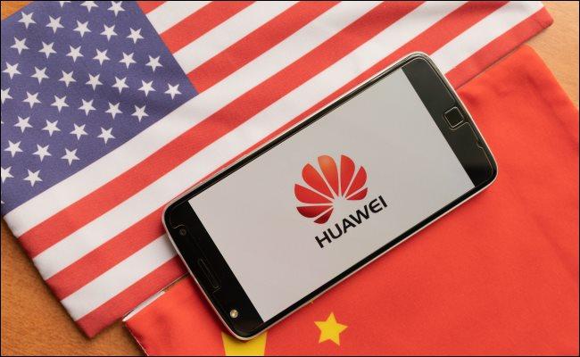 โทรศัพท์ Huawei ระหว่างธงสหรัฐอเมริกาและจีน