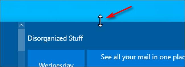 Un cursor de flecha de cambio de tamaño de Windows 10 sobre el menú Inicio