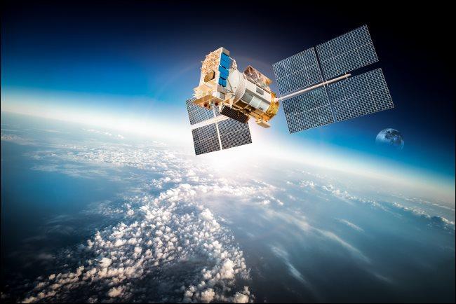 Un satélite sobre la Tierra.