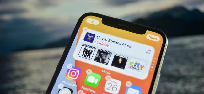 Una pila de widgets en la pantalla de inicio de un iPhone.