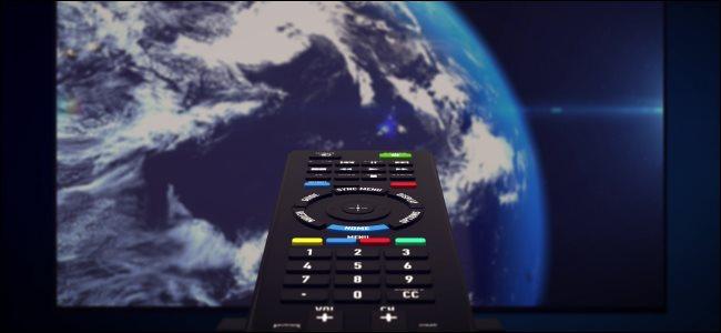 Um controle remoto infravermelho apontado para uma tela de TV que mostra o planeta Terra.