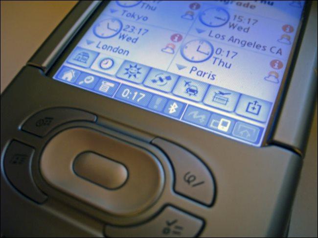 Um PDA exibindo a hora do dia em Tóquio, Los Angeles, Londres e Paris.