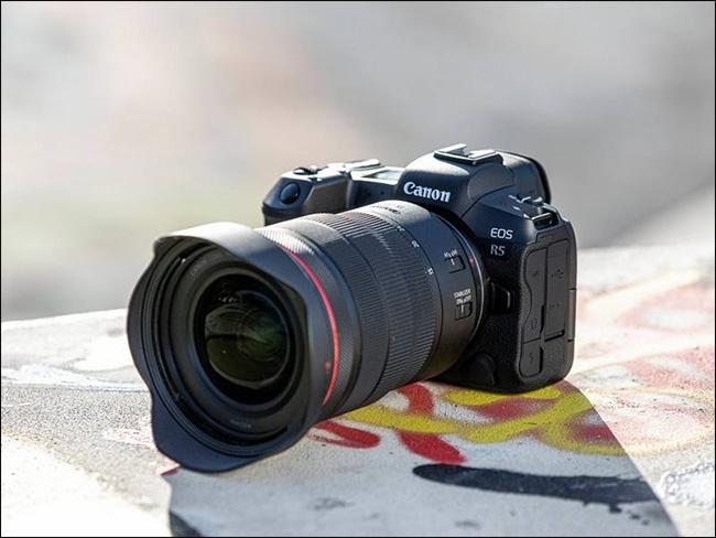 La Canon EOS R5 con una lente larga colocada.