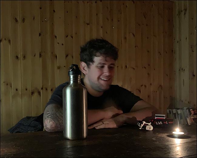 Una imagen borrosa provocada por el movimiento de un hombre en un bar.