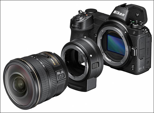Una cámara Nikon, un adaptador FTZ y un objetivo.