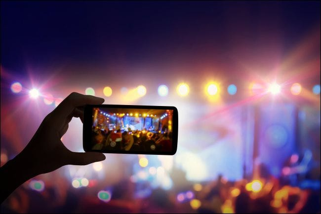Un teléfono inteligente grabando un concierto en vivo.