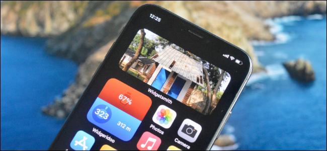 Usuario de iPhone agregando un widget de foto a la pantalla de inicio