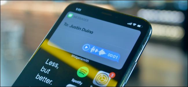 Utente iPhone che invia un messaggio vocale utilizzando Siri