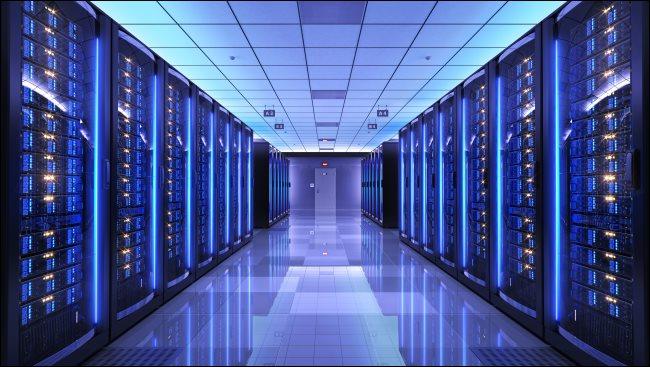Racks de servidores en una sala de servidores.
